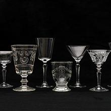 クラシカルな装飾が施されたグラス